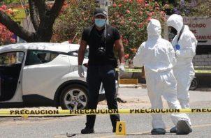 Peritos forenses y policías ministeriales laboran hoy, en la zona donde fue asesinada la precandidata, Ivonne Gallegos, en el poblado de Ocotlán de Morelos, en el estado de Oaxaca