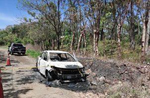 En horas de la mañana del domingo, en una calle de tierra de Boquerón, fue ubicado un auto sedán blanco parcialmente quemado.