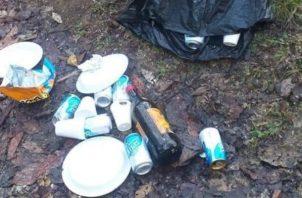 Visitante deja mucha basura en las orillas de río y en el agua del río Boquerón. Foto:Cortesía