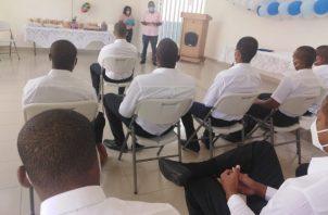Nueve jóvenes culminaron sus estudios de premedia y uno de media en el Centro de Custodia y Cumplimiento Basilio Lakas. Foto: Cortesía