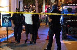 Agentes del Departamento de Policía de Miami Beach arrestan a turistas que no cumplen el toque de queda. EFE