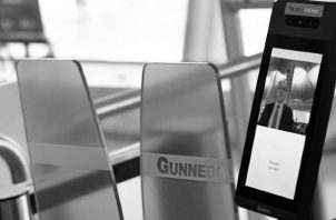 Pantalla de reconocimiento facial usada en los aeropuertos. Una pantalla fría de cristal, inmutable ante torpezas, inclemente a los errores, exigía a los viajeros escanear sus pasaportes. Foto: EFE. Ilustrativa.