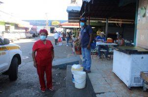 Las autoridades del Minsa en Veraguas llevaron a cabo un operativo sorpresa en el área del mercado público de Santiago.