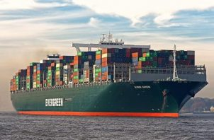 """La nave Ever Given """"se ladeó en el kilómetro 151 del canal mientras lo cruzaba desde el sur procedente de China camino a Rotterdam""""."""
