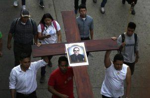 Feligreses participan en un homenaje a san Óscar Arnulfo Romero en San Salvador (El Salvador). EFE
