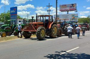 Los arroceros advierten que si no hay respuesta, cerrarán la vía con las maquinarias agrícolas. Foto: José Vásquez