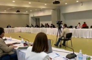 La mesa inició ayer con 19 miembros. Posteriormente, se llegó a 22 miembros y se pudo aprobar el primer artículo de la metodología. Internet