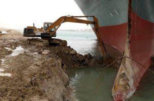 El Canal de Suez suspendió temporalmente el tráfico. EFE