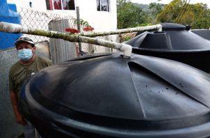 Fuera de las casas, los residentes han sacado tanques para llenarlos de agua cuando pase el carro cisterna.