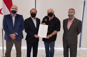 Ricardo Martinelli recibió hoy la certificación del Tribunal Electoral que legaliza oficialmente a Realizando Metas como un partido constituido. Foto: Víctor Arosemena
