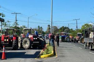Arroceros chiricanos mantienen también hoy cerrada la vía Interamericana hacia David.