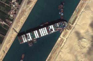 El Ever Given, que lleva a bordo 18.300 contenedores de mercancías. EFE