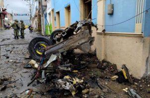 Destrozos causados por la explosión de un vehículo bomba frente a la Alcaldía del municipio, hoy en Corinto (Colombia). EFE