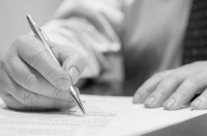 La Ley No. 45 de 31 de octubre de 2007, en su artículo 40 establece que las cláusulas abusivas son nulas en los contratos de adhesión, y, por tanto, no obligan a los consumidores, las estipulaciones que impliquen renuncia o disminución de un derecho reconocido en esta ley. Foto: EFE.