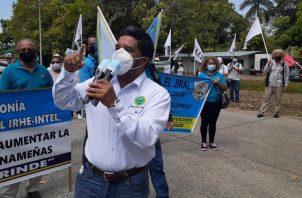 En la protesta de ayer, frente a la sede del Ministerio de Educación, los docentes recibieron el apoyo de otras organizaciones populares. Víctor Arosemena
