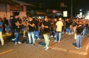 Músicos protestaron con murgas en Las Tablas y se sumó la población en general.