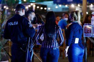 Los dueños de locales nocturnos fueron sorprendidos durante un operativo de las autoridades de salud y los jueces de paz.