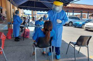 Equipos de Respuesta Rápida efectuaron hoy pruebas express de hisopado en puestos fijos en la provincia de Los Santos. Foto cortesía Minsa