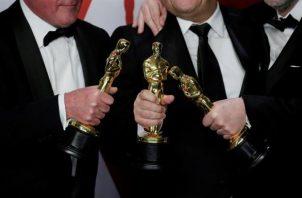Vista de tres estatuillas en los Premios Óscar.