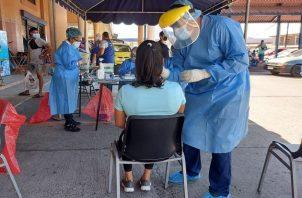 Personal de salud continúa realizando pruebas de hisopado en todo el país.