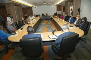 Anoche unas 15 asociaciones diferentes participaron de la reunión que se sostuvo con el ministro de Salud Luis Francisco Sucre y el de Cultura, Carlos Aguilar.