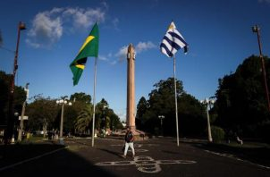 Vista de la Plaza Internacional que divide la frontera entre Brasil y Uruguay, el 30 de marzo de 2021, en Rivera (Uruguay).