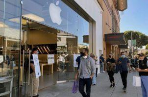 Viandantes pasean frente a la tienda Apple del barrio de la Marina de San Francisco, Estados Unidos.