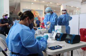 A la fecha se aplicaron 9,733 pruebas nuevas de contagio, para un porcentaje de positividad de 4.6%. Foto cortesía Minsa