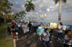 Padres de familia marchan mientras piden el regreso presencial de los estudiantes