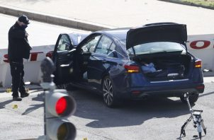 Un oficial de la policía investiga la escena después de que un vehículo embistiera una barricada frente al Capitolio de los Estados Unidos. Foto: EFE