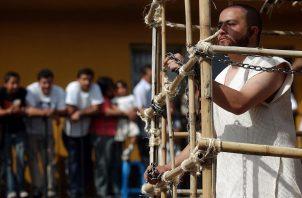 """El mexicano Jesús Blancas (dcha) personifica a Barrabás durante la procesión de la """"162 Representación de la Pasión de Cristo Iztapalapa 2005"""""""
