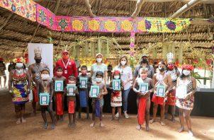 Tabletas electrónicas fueron entregadas a 23 niños de la comunidad indígena Ella Purú Emberá. Foto cortesía