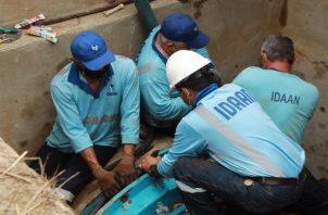 """Técnicos del Idaan continúan con las maniobrasen la línea de conducción de 66"""". Foto:Cortesía"""