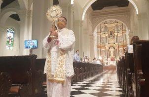 El arzobispo José Domingo Ulloa bendijo a Panamá con el Santísimo.