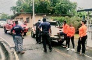 A las labores de rescate se han unido lugareños con sus botes. Foto: Diómedes Sánchez S.