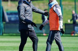 Guardiola (izquierda) dando indicaciones a Bernardo Silva (derecha) durante entrenamientos del Manchester City. Foto: Twitter