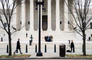 Visitantes se reúnen a la salida de la Corte Suprema en Washington, Estados Unidos.