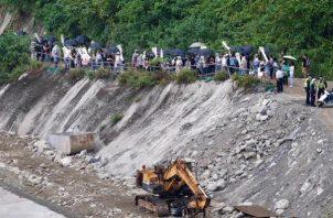 """Familiares de las víctimas rezan en el escenario en el que se produjo el descarrilamiento del tren """"Taroko Express"""""""