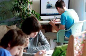 Niños delante de pantallas durante el confinamiento.