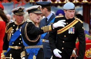 El duque de Edimburgo junto a su nieto, el príncipe Harry. EFE