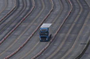Un camión se aproxima a un control en el puerto británico de Dover, en el Reino Unido.