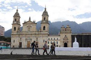 Turistas caminan hoy por el centro histórico de Bogotá (Colombia).