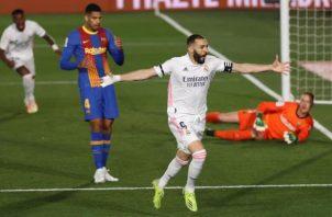 El delantero del Real Madrid, Karim Benzema, celebra su gol, primero del equipo ante el FC Barcelona.