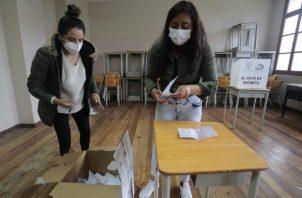 Jurados de votación realizan el conteo de votos tras las Elecciones Generales 2021 hoy, en el centro de votación Colegio Manuela Cañizarez, en Quito (Ecuador). Foto: EFE