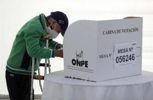 Un hombre vota hoy en un colegio electoral en Lima (Perú). Foto: EFE