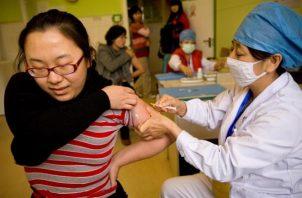 Una enfermera suministra una vacuna.