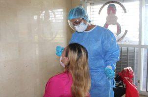 El Minsa realizó una jornada de hisopados en las oficinas de la Región de Salud de la provincia de Veraguas. Foto: Cortesía Minsa.