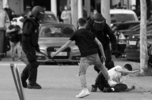 """Lanzamientos de piedras, empujones, puñetazos e insultos han sido las gotas de la lluvia """"democrática"""" que les cayó a los asistentes del evento en la plaza de Vallecas. Foto: EFE."""