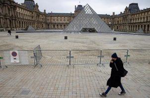 El Museo el Louvre de París es uno de los tantos afectados en el mundo. EFE