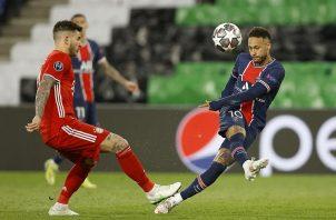 Neymar (dcha.), del PSG, estrelló el balón en dos ocasiones contra los palos. Foto: EFE